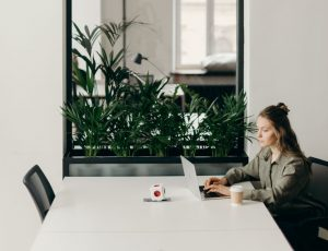 photo-of-woman-sitting-on-chair-while-using-laptop-4065620-1000 (2)